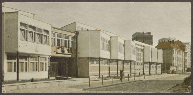 Widok nowego gmachu Szkoły Podstawowej przy ul. Żabi Kruk w Gdańsku, 1963 r., z kroniki Szkoły Podstawowej nr 67 w Gdańsku